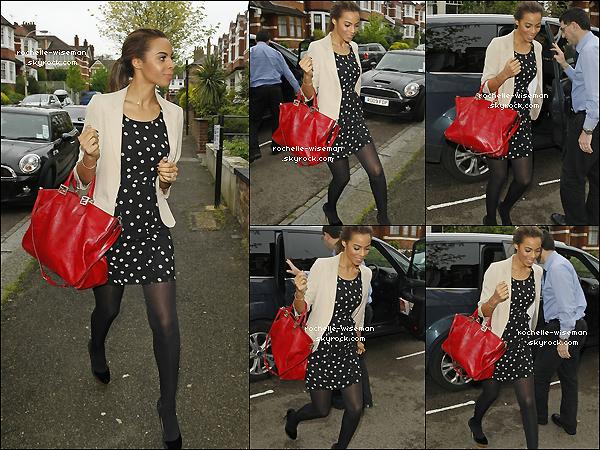. 03/05/12 : Rochelle , toujours avec les filles , se sont rendues à un essayages dans la ville de Londres. J'adore la tenue que porte Rochelle. Elle est assez simple mais vraiment super belle , et est très simple à reproduire. .