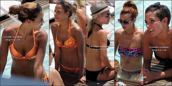 . 09/08/12 : Les filles étaient en train de se prélasser au bord d'une piscine à leurhôteltoujours à Los Angeles. J'aime beaucoup leurs maillots de bain. Les tenues de Frankie , Una et Mollie qui sont mes coup de ♥ pour la sortie suivante. .