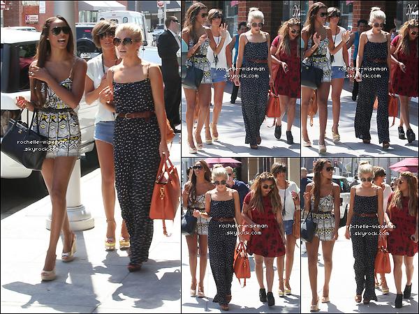 . 10/08/12 : Rochelle et les filles se promenaient à Beverly Hills , sans Una , qui est restée avec la petite Aoife Belle. Rochelle était très belle , coup de ♥ pour sa combiethnique. Les soir , les tenues de Frankie , Mollie et Una sont mes favorites. .