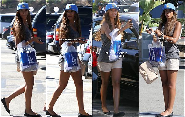 . 26/08/12 : Rochelle , Frankie et Mollie étaient encore à Los Angeles , pour assister à un match des Dodgers. Les filles ont vraiment bien supporter cette équipe deBaseballmais je ne sais pas si elle a gagné. Je trouve Roch' superbe. .