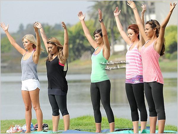 . 20/10/12 : Après tout ce temps passé à avoir couru dans L.A , les filles sont allées faire du yoga dans un parc. Les filles étaient vraiment très calme jusqu'au moment où Frochelle a éclaté de rire. Haha , celles-là , on les adore vraiment! .