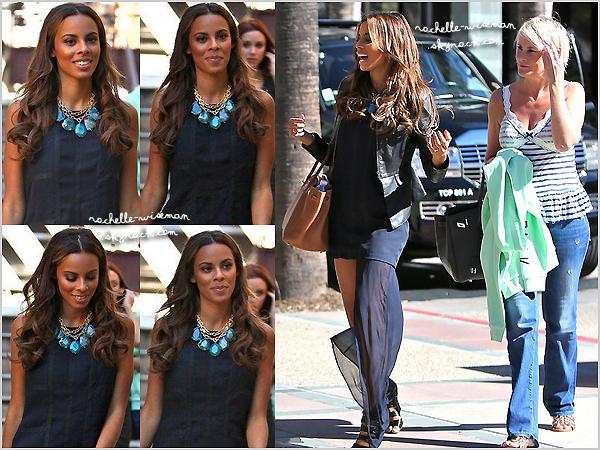 . 25/10/12 : Rochelle et les filles se sont rendues , en ce jour ensoleillé , dans les studios de la chaine E! Entertain- ment , à Los Angeles.(+) Les filles sont comme d'habitude très jolies. Elles ont posté une photo d'elle sur leurs comptes Twitter. .