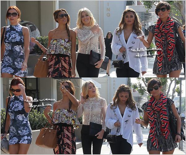 . 02/11/12 : Rochelle ainsi que filles faisaient un peu deshoppingdans les rues du beau quartier de Beverly Hills. Les filles étaient vraiment super belles. Je les trouve toutes superbes ; j'ai un coup de ♥ pour les tenues de nos belles Mollessa. .