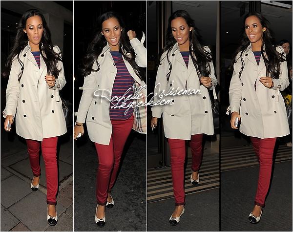 . 31/01/13 : Rochelle a été vue sortant del'hôtelMayfair dans la soirée à Londres, où Mollie a aussi été vue. Marvin accompagnait Rochelle mais il n'y a pas de photo. Je trouve Rochelle vraiment superbe dans cette simple tenue. .