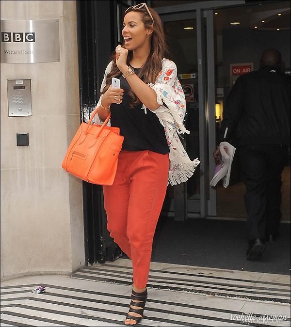 . •●Les Saturdays étaient ce  27 Juin 2013 devant les studios de la BBC Radio 2 à Londres, les filles vraiment ravissante et souriante, ont notamment signés des autographes et pris des photos avec les fans présents en quittant les locaux de la radio.