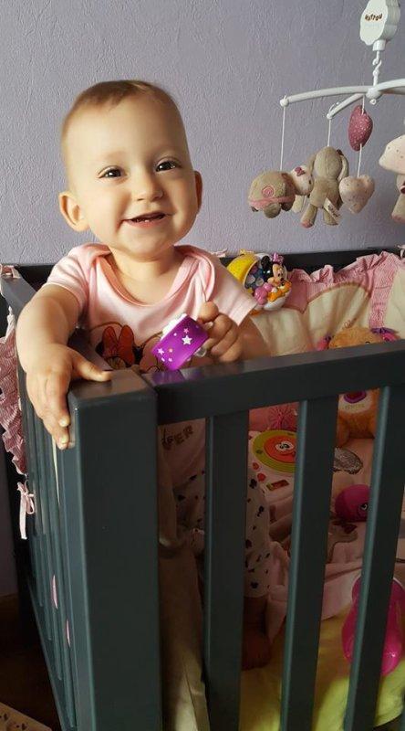 ma petite princesse emilie 9 mois et se met deja debout