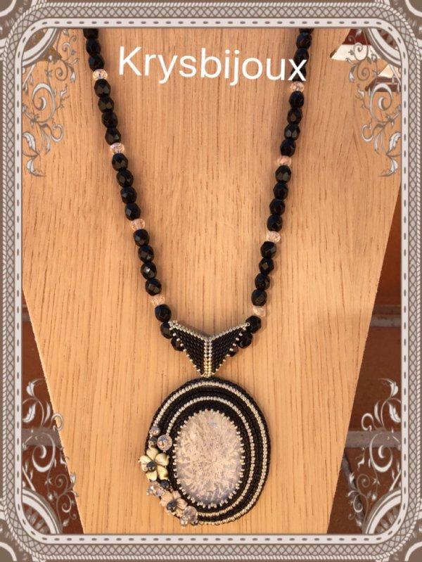 Collier pendentif brodé 40¤