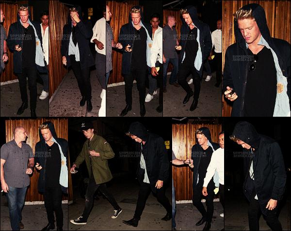 22/08/16 - Cody Simpson s'est rendu au restaurant « The Nice Guy » avec son ami Brooklyn Beckham, à West Hollywood Quoi de mieux qu'une sortie entre amis pour finir la journée ? Cody avait opté pour une tenue vraiment sombre complétée d'une parqua.
