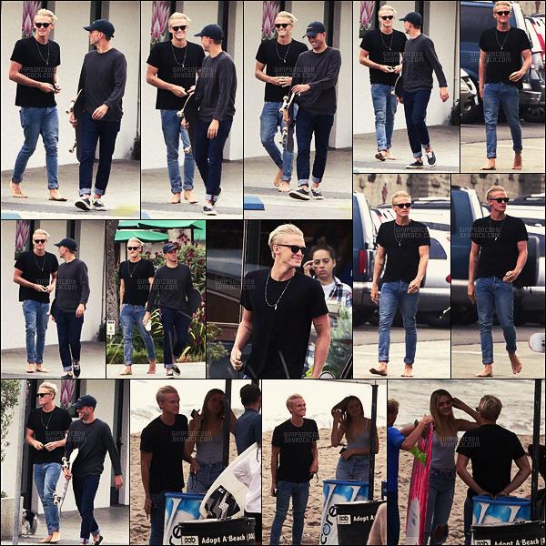 """22/10/16 - L'australien Cody Simpson a été vu se dirigeant vers la plage pour une séance de surf, c'était à Malibu, en CA. Monsieur Simpson a donc eu l'occasion de nous """"présenter"""" sa nouvelle petite-ami présumée, la jeune mannequin Charlotte Lawrence!"""