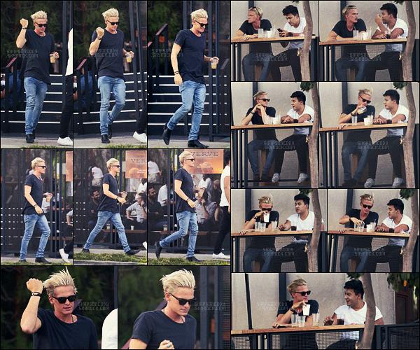13/11/16 - Pendant l'après-midi, notre blondinet Cody Simpson s'est rendu chez « Verve Coffee  » - à  West Hollywood.  Cody allait se chercher un café glacé lors de cette sortie. Je suis encore subjuguée de cette tenue sans faute, j'aime vraiment beaucoup !