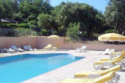 voici la piscine du domaine OUVERTE DE MAI A OCTOBRE