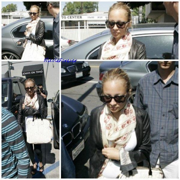 27 septembre 2007 - Nicole allant déjeuner à Joan
