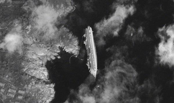 Le paquebot Costa Concordia, couché sur le flanc, près des côtes italiennes, image prise par le satellite Digital Globe...