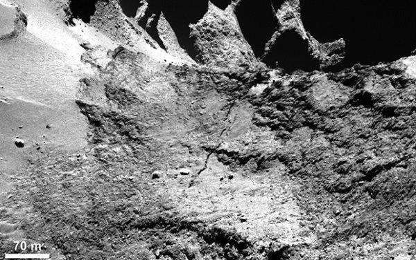 ROSETTA INFO DIRECT : LUNDI 16 MARS 2015 : 18h30 UNE LONGUE FAILLE SUR PRES DE 500M DANS LA RÉGION DU COU DE LA COMÈTE 67P !! Le noyau de 67P est-il en train de se briser ? «L'explication la plus naturelle, qui est bien sûr évoquée, ce sont les contraintes mécaniques entre les 2 lobes. En particulier lors du passage au périhélie, il peut y avoir des effets de marée, des forces gravitationnelles différentielles entre les 2 lobes qui pourraient introduire des contraintes et donc provoquer des fractures. Cela me paraîtrait l'explication la plus logique compte tenu de la géométrie de l'alignement de cette fracture avec le cou» explique Philippe LAMY l'un des concepteurs de l'instrument OSIRIS (Source CNES-ESA)