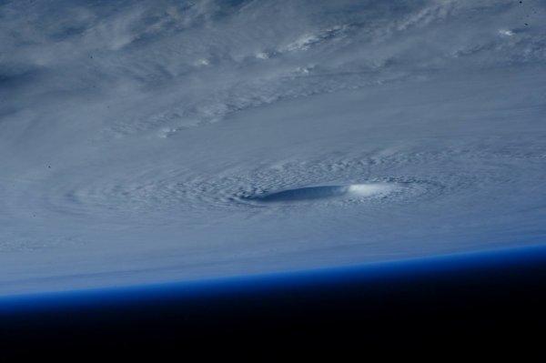 TYPHON MAYSAK images prises depuis la Station Spatiale Internationale par l'astronaute de l'ESA Samantha Cristoforetti (Source ESA-NASA)