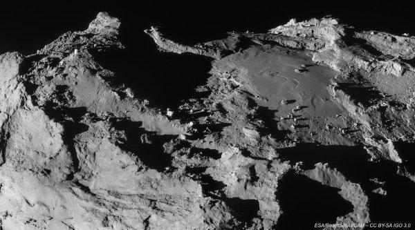 ROSETTA INFO DIRECT : VENDREDI 3 AVRIL 2015 : 21h LA SONDE ROSETTA FRÔLE LA COMÈTE TCHOURI ET ÉVITE LE PIRE La sonde est passée à 14 km de la surface de la comète Tchouri samedi dernier, a indiqué jeudi l'Agence spatiale européenne (ESA). Malgré quelques difficultés techniques, cette dernière s'en est bien sortie. Une nouvelle image de ce rapprochement, prise le 28 mars, avec 67P/Churyumov-Gerasimenko prise par la camera NAVCAM de ROSETTA. (Source ESA-CNES)