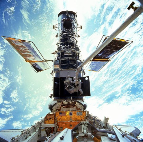 25 ANS D'HUBBLE HUBBLE c'est lui !!! Lors de la mission STS103 de maintenance avec la navette spatiale américaine... (Source NASA-HUBBLE)