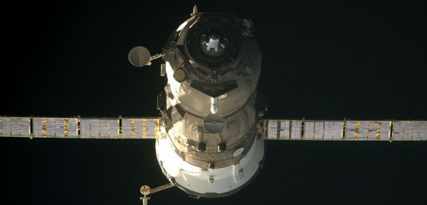 """ESPACE INFO ALERTE : LE CARGO SPATIAL PROGRESS DEVENU INCONTRÔLABLE VA EFFECTUER UNE RENTRÉE DANS L'ATMOSPHÈRE CE 8 MAI : """"D'après les spécialistes de Roskosmos, le vaisseau de transport Progress M-27M cessera d'exister le 8 mai 2015"""", a annoncé l'agence spatiale russe dans un communiqué publié mardi 5 mai. Cette dernière communique également une plage horaire assez large pour cet évènement qui devrait survenir entre 3 H 23 (heure de Paris le vendredi matin) et 1 H 55 du matin le lendemain. Une fourchette horaire si large qu'il est pour le moment impossible de préciser d'avantage la zone d'impact concernée. L'agence se veut toutefois rassurante et rappelle que le vaisseau devrait complètement brûler dans l'atmosphère, et que seuls """"quelques petits morceaux d'éléments structurels"""" pourraient atteindre la surface de notre planète. (Source NASA-AFP)"""