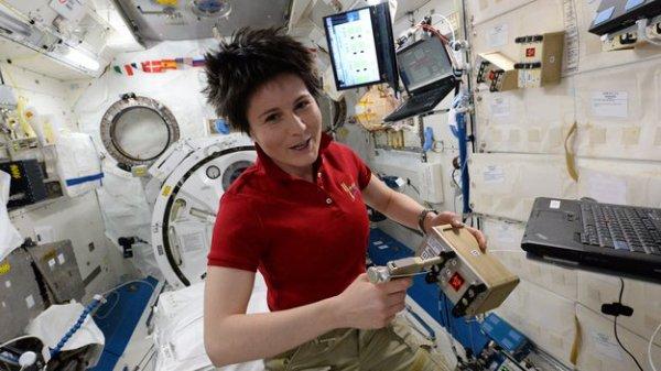 ESPACE INFO : PROLONGATION DU SÉJOUR A BORD DE L'ISS ! La mission de l'astronaute de l'ESA Samantha Cristoforetti à bord de la Station spatiale internationale a été prolongée jusque début juin. Elle devait se terminer cette semaine par le retour sur Terre de Samantha. Ce report intervient parce que le vaisseau cargo Progress de l'Agence spatiale russe n'a pas réussi à rejoindre la Station la semaine dernière, et a ensuite été détruit lors d'une rentrée atmosphérique non contrôlée. Cet incident a suspendu les prochains vols vers la Station dans l'attente des résultats de l'enquête. Les six astronautes qui vivent et travaillent à bord du complexe orbital ont suffisamment de réserves pour de nombreuses semaines malgré cette perte, et leur confort n'est aucunement affecté par ce changement de programme. (Source ESA)