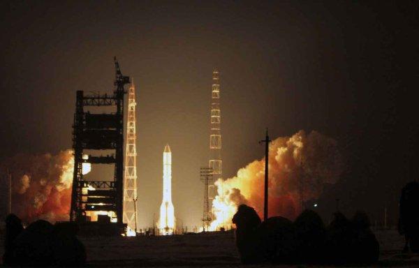 ESPACE INFO: LA RUSSIE PERD UN SATELLITE MEXICAIN APRÈS L'ÉCHEC DU LANCEMENT D'UNE FUSÉE ! L'agence spatiale russe a annoncé avoir «perdu» ce samedi un satellite mexicain après l'échec du lancement de sa fusée porteuse. «Le lancement de la fusée Proton-M avec un satellite MexSat-1 a provoqué une situation d'urgence. Les causes sont en train d'être identifiées», a précisé l'agence spatiale Roscosmos dans un communiqué. Une source à l'agence spatiale à expliqué que les communications avec la fusée Proton avaient été perdues environ une minute avant l'heure à laquelle le satellite aurait dû se séparer du troisième étage de la fusée. (Source AFP)