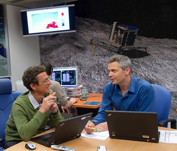 ROSETTA INFO DIRECT : DIMANCHE 30 MAI 2015 20h30 ET SI PHILAE SE RÉVEILLAIT BIENTÔT ? De nouvelles tentatives de communication sont en cours avec le petit robot, largué par Rosetta sur la comète Churyumov-Gerasimenko en novembre dernier. Au SONC (Science Operation & Navigation Center), à Toulouse, nos ingénieurs sont prêts pour son réveil. Ci-dessous, Éric Jurado, responsable des activités de mécanique spatiale, et Cédric Delmas, responsable des opérations du SONC. (Source : CNES/E)