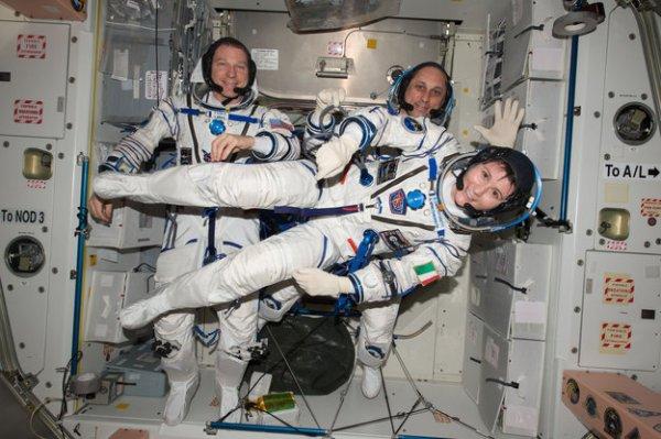 ESPACE INFO : DATE DE RETOUR POUR L'ASTRONAUTE DE L'ESA L'astronaute Samantha Cristoforetti rentrera sur Terre le 11 juin en compagnie de l'astronaute de la NASA Terry Virts et du commandant du Soyouz Anton Chkaplerov, après un séjour de 200 jours dans l'espace, à bord de la Station spatiale internationale. Les trois astronautes fermeront l'écoutille du vaisseau Soyouz vers 6h55 TU. Une fois que le vaisseau se sera détaché de la Station, le vol de retour ne durera qu'un peu plus de 200 minutes et l'atterrissage dans les steppes du Kazakhstan est prévu à 13h54 TU. Samantha bat trois fois le record du plus long séjour dans l'espace : pour un astronaute de l'ESA lors d'une même mission, pour un astronaute italien et pour une femme astronaute. (Source ESA) (Photo: Samantha, Terry et Anton. Et le Soyouz TMA-15M du retour)