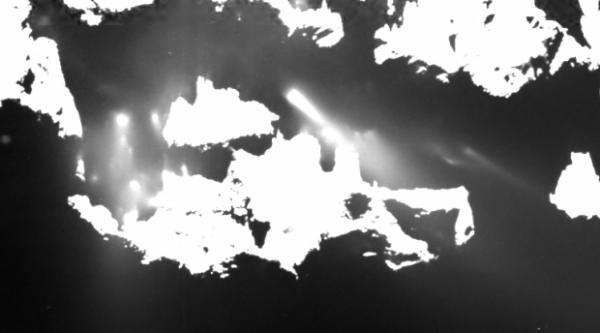 ROSETTA INFO DIRECT : LUNDI 8 JUIN 2015 17h DES JETS ACTIFS LA NUIT POUR LE NOYAU DE LA COMÈTE ! L'activité du noyau de la comète 67P/Churyumov-Gerasimenko augmente à l'approche du Soleil. Le 25 avril dernier, la caméra OSIRIS-NAC a mis en évidence des jets encore actifs en début de nuit. Le gros plan sur la région de Ma'at (petit lobe, et photo ci-dessous 0 93km de distance) montre l'activité nocturne de nombreux jets de poussière. D'après Xian Shi (MPS), scientifique de l'équipe OSIRIS, il semble donc que la surface du noyau peut emmagasiner suffisamment de chaleur durant le jour pour prolonger l'activité en début de nuit : « Alors que la couche de poussières qui couvre le noyau se refroidit très vite après la disparition du Soleil, les couches plus profondes restent chaudes plus longtemps et la glace qu'elles contiennent peut se sublimer et maintenir l'activité émissive en début de nuit. » (Source ESA-CNES)
