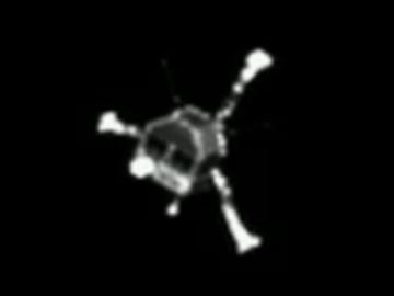 ROSETTA INFO DIRECT : LUNDI 15 JUIN 2015 13h DES NOUVELLES DE PHILAE SUR LA COMÈTE TCHOURI !! Une première communication de 85 secondes, établie, donc le samedi 13 juin 2015 à 22h28, montre que le robot est suffisamment réchauffé (à -35°C) pour fonctionner normalement. Une deuxième communication a été réussie le 14 juin 2015 au soir. Les 2,2 mètres carrés de panneaux solaires dont Philae est tapissé fournissent actuellement une puissance de 24 W. Cette puissance est largement suffisante pour faire fonctionner ses instruments scientifiques, notamment son système de caméras Civa. Un nouveau panorama du site d'atterrissage de Philae est d'ailleurs prévu en priorité. Une puissance de 24 W suffit également pour actionner la foreuse du robot, dont on espère toujours qu'elle pourra prélever des échantillons de comète. Pour cela, il faudra cependant réussir à modifier son orientation par rapport au sol, ce qui est plus périlleux et ne sera probablement tenté qu'en dernier recours.  Pour les ingénieurs de l'Agence spatiale européenne, du CNES et de la DLR (l'agence spatiale allemande), le défi consiste désormais à allonger au maximum les plages de communication de Philae avec Rosetta, qui sert de relais de communication avec la Terre. Actuellement, compte-tenu de la rotation de « Chury » sur elle-même, la communication est possible toutes les 12,4h. L'allongement des communications passe par une optimisation des orbites de la sonde autour de Churyumov-Gerasimenko, afin que Philae puisse « voir » Rosetta le plus longtemps possible au-dessus d'elle.  Ces man½uvres sont compliquées par le dégazage de la comète, désormais active à l'approche du Soleil, qui interdit à la sonde de s'en approcher trop. Elles sont cependant indispensables : les premiers signaux reçus de Philae montrent que sa mémoire contient beaucoup plus de données qu'il n'a pu en transmettre. Il est probable que l'atterrisseur soit réveillé depuis plusieurs jours, et que seule la mauvaise qualité de la liaison av