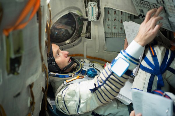 ESPACE INFO: UN FRANÇAIS DANS L'ISS EN 1996 En 2009, THOMAS PESQUET a été sélectionné par l'ESA parmi plus de 8400 candidats pour devenir astronaute. Depuis, il s'entraîne quotidiennement pour sa mission. Il partira sur la Station spatiale internationale en novembre 2016. Il y restera 6 mois et partagera son temps entre les recherches scientifiques et les opérations de maintenance de la Station. Thomas Pesquet est ceinture noire de judo, pilote d'avion de ligne. Il joue du saxophone, aime pratiquer le kite surf, le ski, le Basketball, le squash ou sauter en parachute. Il parle 6 langues et sait survivre dans le froid. Athlète complet, il est diplômé de l'École Nationale Supérieure de l'Aéronautique et de l'Espace de Toulouse et a travaillé au CNES. Bref, son CV est impressionnant et il n'est pas étonnant qu'il soit devenu astronaute. Très actif sur les réseaux sociaux, vous pouvez suivre l'entraînement incroyable de Thomas au jour le jour sur Twitter : @Thom_astro et sur Facebook.