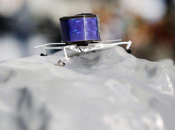 ROSETTA INFO DIRECT : SAMEDI 20 JUIN 2015 14h30 L'atterrisseur Philae de l'Agence spatiale européenne (ESA) a de nouveau communiqué avec la Terre après cinq jours de silence. Le silence de cinq jours n'était pas imprévu. Philae a transmis vendredi deux communications de deux minutes, à 17 minutes d'intervalle. L'ESA a demandé à Rosetta, le vaisseau qui accompagne Philae à 180 kilomètres de la comète, de se repositionner pour améliorer les communications. (Source ESA-CNES)