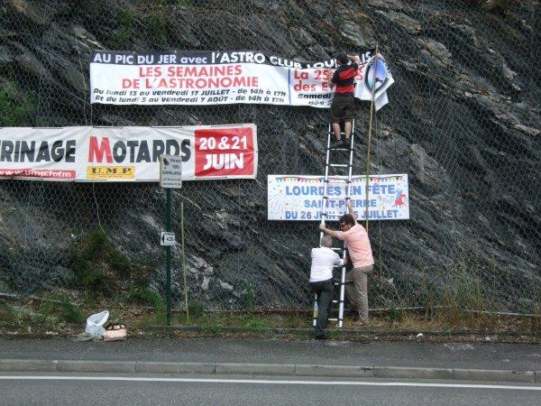 ASTRO CLUB LOURDAIS INFO : En avant première quelques photos de la pose de la banderole (Merci à Jérôme, Paul et Élodie) au niveau du rond-point du Pic du Jer pour annoncer les animations de cet été 2015 en astronomie sur Lourdes : LES SEMAINES DE L'ASTRONOMIE, de 14h à 17h au Pic du Jer : Du lundi 13 au vendredi 17 juillet et du lundi 3 au vendredi 7 août. ET LA 25° ÉDITION DE LA NUIT DES ÉTOILES, à partir de 20h au Pic du Jer : Le samedi 8 août. Nous reviendrons en détail sur ces animations !