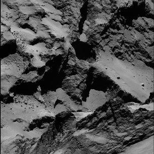 ROSETTA INFO DIRECT : JEUDI 2 JUILLET 9h30 ÉTONNANTE ACTIVITÉ de la comète 67P/Churyumov–Gerasimenko : l'image ci-dessous montre un trou quasiment circulaire qui permettrai à la matière de s'évacuer de la comète lors du dégazage à l'approche du Soleil. (Source ESA-CNES)