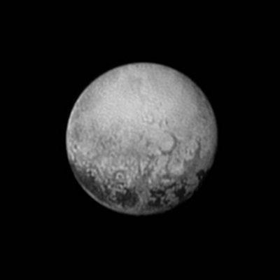 NEW HORIZON INFO DIRECT : DIMANCHE 12 JUILLET 19h Cette vue du 11 juillet 2015, prise par la sonde NEW HORIZONS montre des détails extraordinaires de finesse. Ils s'annoncent déjà comme une énigme à résoudre pour les géologues et les astronomes. On voit ici la partie de PLUTON qui fait face à son satellite CHARON. De ce côté-là, se dessinent des structures longilignes et circulaires étonnantes. Elles évoquent les canaux martiens vus par les astronomes à la fin du 19e siècle. Ils en avaient déduit la présence probable d'une vie intelligente. Ici aucun risque! Ce monde mis au congélateur, reçoit 1000 fois moins de lumière que la Terre ! Certaines de ces structures sont peut-être des cratères d'impact, mais les données des autres instruments seront nécessaires pour en avoir le c½ur net ; elles ne sont pas encore parvenues sur Terre. Et que dire de ces vastes spots sombres visibles ici et sur les précédentes images? Situés près de l'équateur, ils sont espacés assez régulièrement. S'agit-il de zones pauvres en glace ? Quoi qu'il en soit, cette image est très importante car lors du survol de Pluton le 14 juillet c'est l'autre face qui sera visible pour la sonde New Horizons. « C'est la meilleure vue que nous aurons de cette zone pour les décennies à venir », a déclaré le directeur de la mission Alan Stern ! (Source NASA-AFA)