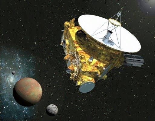 NEW HORIZONS INFO DIRECT : MARDI 14 JUILLET 9h30 UNE PREMIÈRE MONDIALE ce 14 juillet à 13h49 et à plus de 4 milliard de kilomètre de la Terre, le survol au plus près de la planète naine PLUTON par la sonde NEW HORIZONS de la NASA. Le 7 juillet, les équipes en charge de la navigation de New Horizons, du Johns Hopkins University Applied Physics Laboratory (APL), ont téléchargé dans l'ordinateur de bord la séquence automatique qui sera déroulée le 14 juillet. En effet, c'est indispensable car les communications entre la sonde et la Terre mettant 9 heures pour faire l'aller-retour, il faut palier à tout problème de transmission des télécommandes. Lors du survol, ce sont surtout deux des sept instruments scientifiques qui vont être mis à contribution : le spectrographe d'imagerie en ultraviolet ALICE et l'instrument de traitement des signaux radio, le Radio Science Experiment (REX). Afin d'étudier la mince atmosphère de Pluton (les scientifiques estiment à ce jour que la pression à la surface serait inférieure à un millième de celle de la Terre), ces instruments vont mesurer la lumière du soleil et les ondes radio qui la traversent, alors que le vaisseau spatial entrera et sortira de l'ombre de la planète. De nombreuses données seront enregistrées lors de ce survol et envoyées par la sonde à la Terre pour être étudiées... Du travail pour les scientifiques pendant plusieurs mois ! (Source NASA)