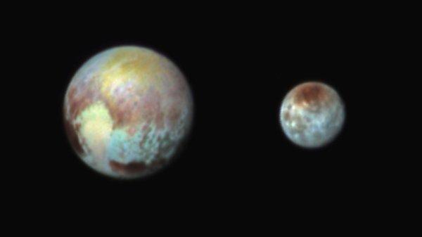 NEW HORIZONS INFO DIRECT : MERCREDI 15 JUILLET 9h30 LES PREMIÈRES IMAGES DE PLUTON prise ce 14 juillet par la sonde NEW HORIZONS : La première image montre la planète naine avec un luxe de détails inédits (en attendant des clichés plus résolus) et l'autre est un portrait du duo Pluton et Charon en fausses couleurs. Ces fausses couleurs nous indiquent qu'il y a des différences de composition entre certaines régions de Pluton et Charon. (Source NASA-CET)