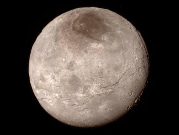 NEW HORIZONS INFO DIRECT : JEUDI 16 JUILLET 11h LES PREMIÈRES IMAGES DE PLUTON prise ce 14 juillet par la sonde NEW HORIZONS (suite) : La troisième image en gros plan de la surface de Pluton a été prise par la sonde New Horizons alors qu'elle était encore distante de 770 000 kilomètres. Les plus petits détails visibles ici mesurent environ un kilomètre (la barre des 50 miles représente 80km!!). Cette région, étonnamment jeune car dénuée de cratères d'impacts, révèle des montagnes hautes de 3500 mètres. Quel type de géologie est capable de créer de telles structures ? Nous l'ignorons aujourd'hui !! (Source NASA)