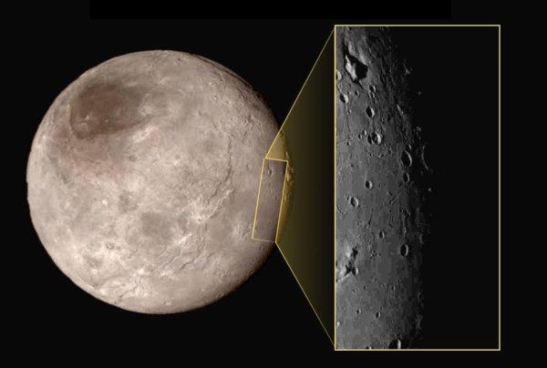 NEW HORIZONS INFO DIRECT : VENDREDI 17 JUILLET 11h LES PREMIÈRES IMAGES DE PLUTON prise ce 14 juillet par la sonde NEW HORIZONS (suite) : Ci-dessous deux nouvelles images de PLUTON. Une planète bien plus complexe que prévu. Ce qui l'a le plus surpris, c'est l'absence totale de cratères dans la zone photographiée à haute résolution par New Horizons. Cela signifie que ce terrain est très jeune (moins de 100 millions d'années), et donc que Pluton est une planète active ! On y distingue au moins quatre types de terrains différents : une plaine très plate, des vallées accidentées, des plateaux rugueux, et surtout des montagnes dont l'élévation va jusqu'à 3500 m ! Des montagnes d'eau avec des glaciers d'azote, quel paysage exotique ! On sait qu'à la surface de Pluton il y a surtout de l'azote. « Mais ces montagnes ne peuvent pas être faites de glace d'azote, car ce matériau n'est pas suffisamment rigide pour former des structures aussi grosses », explique Richard Binzel, professeur de planétologie au Massachusetts Institute of Technology, et membre de l'équipe scientifique de New Horizons. « En revanche, à cette température, la glace d'eau est aussi dure que de la pierre. On peut donc imaginer des montagnes faites d'eau à la base et recouverte de glace d'azote », poursuit l'astronome. Il pourrait aussi s'agir de montagnes faites de roche, mais ce n'est pas l'hypothèse privilégiée par les chercheurs car la roche se trouve plus en profondeur. Si elle affleure par endroits, c'est peut-être au fond de certains cratères, mais la question est encore très discutée. Une jeunesse à expliquer... Si cette zone est aussi jeune, c'est qu'un mécanisme a permis de renouveler la surface. « Il s'agit peut-être d'un volcanisme froid, mais il reste beaucoup de questions», avance Richard Binzel. L'une des autres possibilités est le cycle météorologique. La faible atmosphère peut se condenser par endroits et ainsi renouveler certains terrains. Reste à expliquer, dans ce cas, pourquoi la conde