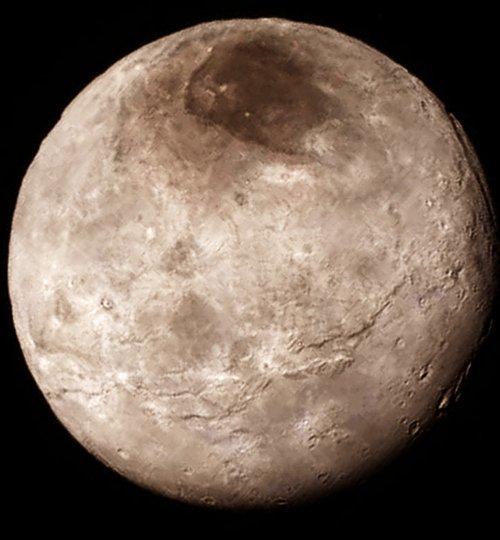 NEW HORIZONS INFO DIRECT : LUNDI 20 JUILLET 18h LA PREMIÈRE IMAGE DE CHARON le satellite de PLUTON prise ce 15 juillet par la sonde NEW HORIZONS montre une surface à l'aspect très inattendu pour les astronomes (Suite) : Un impact géant ? Une falaise court sur toute l'image. Il y a donc manifestement une vaste zone plus haute qu'une autre. Il sera intéressant d'avoir une carte globale pour voir s'il peut s'agir de la trace d'un impact géant. On rencontre aussi cette différence d'altitude entre deux hémisphères sur Mars, et les planétologues supposent que c'est le résultat d'un impact titanesque. Il faudra sinon trouver un processus géologique capable de former une structure aussi grande. Et c'est loin d'être évident ! (Source NASA-ESA)