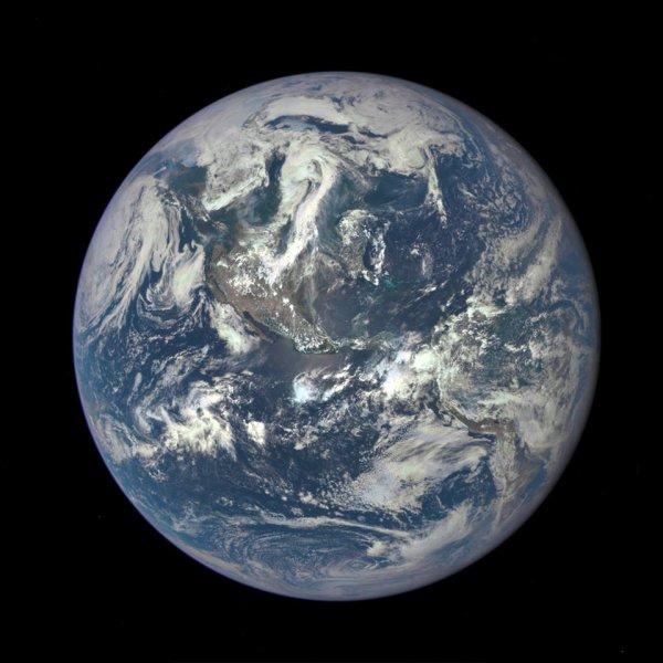 """LA PHOTO DU JOUR prise par un satellite de la NASA. Une superbe vue d'ensemble de notre belle vieille Terre !! Nous y vivons avec tout le reste de l'humanité ! Saurons nous la protéger aussi bien que nous l'avons fait jusqu'à maintenant, elle et tous ses habitants ??!!  Alors aujourd'hui, habitants de la Terre, dites """"bonjour"""" à votre domicile !!"""