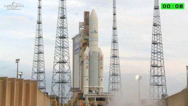 LES PHOTOS DU JOUR : Décollage d'Ariane 5 (VA225) depuis la base spatiale de Kourou, ce 20 août 2015 ! Un nouvel exemplaire de la fusée Ariane 5 ECA s'est arraché du sol du Centre Spatial Guyanais à 17h34 (Kourou), pour placer en orbite 2 satellites de télécommunications : EUTELSAT 8 West B et Intelsat 34. Rendez-vous fin septembre pour un nouveau direct d'Ariane 5.