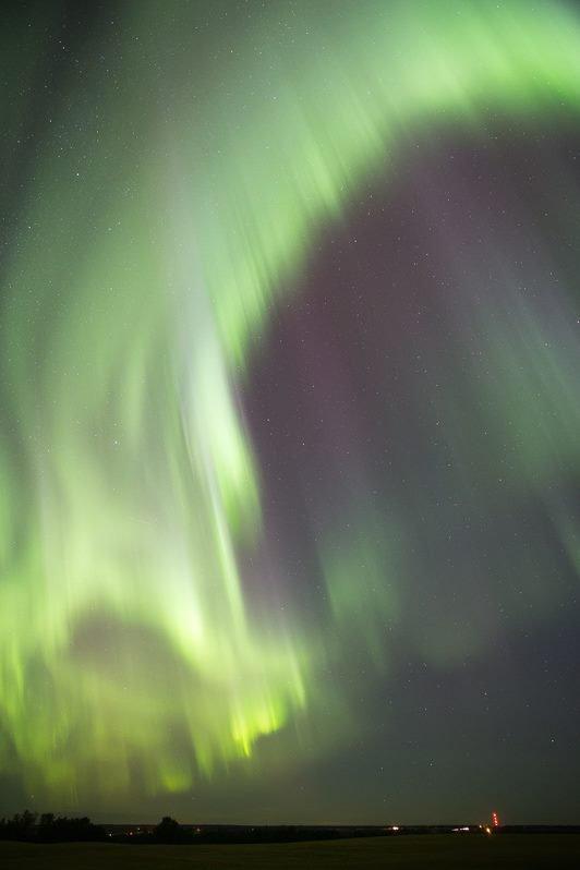 """LES COLÈRES DU SOLEIL provoquent sur terre des aurores boréales au Pôle Nord : trois images prises par Dave Hughes, le 23 août 2015 à l'Ouest D'Edmonton, Alberta, Canada. """"Après le deuxième appel de météo spatiale j'ai décidé d'aller vers une terre agricole avec une assez bonne vue vers le nord. Quelques minutes après, j'ai mis en place mon appareil de surveillance d'ouest en est. Superbe démonstration qui a duré 20 minutes avant que ça commence à se dissiper. Canon, 24mm@2.8, ISO 3200 & 1600, 8 -10 seconds."""" (Source D.H.)"""