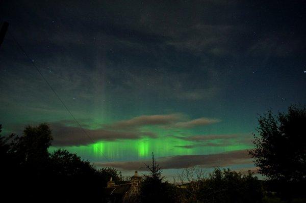 """L'IMAGE DU JOUR : UNE AURORE BORÉALE DEPUIS L'ÉCOSSE !! Prise par Jim Henderson, le 28 août 2015, Aberdeenshire, en Écosse. """"Couverture nuageuse pour la plus grande partie de la soirée, mais des espaces apparaissent autour de minuit, avec une belle aurore et quelques rayons actifs observés !!"""" Une aurore polaire (également appelée aurore boréale dans l'hémisphère nord et aurore australe dans l'hémisphère sud1) est un phénomène lumineux caractérisé par des voiles extrêmement colorés dans le ciel nocturne, le vert étant prédominant, provoquées par l'interaction entre les particules chargées du vent solaire et la haute atmosphère terrestre, les aurores se produisent principalement dans les régions proches des pôles magnétiques, dans une zone annulaire justement appelée « zone aurorale » (entre 65 et 75° de latitude)."""