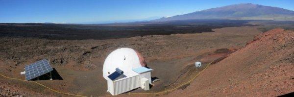 UN AN ISOLES A HAWAII POUR MARS !! Depuis le 28 août, 3 femmes et 3 hommes (dont un Français) vivent dans un habitat isolé sur l'île d'Hawaii pour simuler un séjour martien d'une année. La cohésion de l'équipe est l'une des priorités de cette étude soutenue par la NASA. Imaginez un dôme blanc, flanqué d'un large panneau solaire à proximité, et la magnificence du site naturel des pentes du volcan Mauna Loa sur la plus grande île de l'archipel d'Hawaii. Voilà qui pourrait bien être le décor idéal de vos prochaines vacances avec dépaysement garanti ! Ce cadre idyllique offre de plus certaines ressemblances avec la géologie martienne du fait de son origine volcanique, ce qui explique d'avoir été retenu pour héberger HI-SEAS (Hawaiʻi Space Exploration Analog and Simulation), un habitat conçu par l'University of Hawai'i at Mānoa afin de réaliser des simulations de missions sur la planète rouge. Le 28 août 2015, six «astronautes» sont rentrés dans leur maison martienne en forme de dôme afin d'y vivre une année. L'équipage est en parité parfaite avec 3 femmes et 3 hommes. Quatre sont Américains (Sheyna Gifford, Tristan Bassingthwaighte, Carmel Johnston et Andrzej Stewart), accompagnés d'une Allemande (Christiane Heinicke) et d'un Français (Cyprien Verseux). Leur formation est essentiellement scientifique ou en ingénierie. Cette simulation qui vient de commencer n'est pas une première pour l'université d'Hawaii. Trois précédentes furent menées avec succès avec deux de 4 mois et une de 8 mois. Cependant, cette quatrième simulation s'annonce comme la plus longue avec le but de tenir 1 an. Bien évidemment, en dépit de ressemblances avec Mars, les pentes du Mauna Loa ne reproduisent pas les conditions difficiles qui règnent sur la planète rouge comme la pression atmosphérique bien plus faible, les très basses températures, les rayonnements venus de l'espace ou la pesanteur 3 fois moindre que sur Terre. En revanche, on sait que ce type de mission permet de tester assez efficaceme