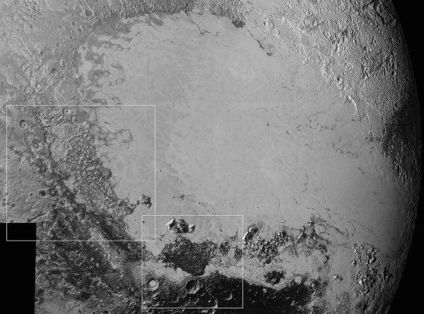NEW HORIZONS INFO DIRECT : SAMEDI 12 SEPTEMBRE 2015 18h DE NOUVELLES IMAGES DE PLUTON PRISES PAR LA SONDE NEW HORIZONS : La plaine glacée de Sputnik Planum dans la région dite du c½ur de Pluton (ou Tombaugh Regio) domine cet assemblage de clichés qui couvre une zone de 1600 km de large. Sputnik Planum est entourée de terrains plus anciens (notamment en bas et à gauche) puisqu'on y voit des cratères d'impact. En effet, une surface dépourvue de cratères trahit des processus géologiques qui ont récemment effacé les traces d'impact. Les carrés blancs délimitent deux zones présentées en détail dans les deux photos suivantes et ci-dessus ! (Source : NASA)