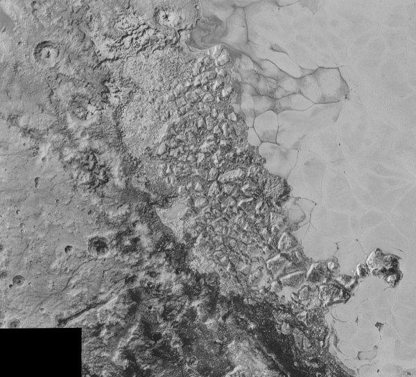 NEW HORIZONS INFO DIRECT : SAMEDI 12 SEPTEMBRE 2015 18h DE NOUVELLES IMAGES DE PLUTON PRISES PAR LA SONDE NEW HORIZONS : Ce premier «zoom» de 470 km de large détaille une zone de transition entre la plaine glacée de Sputnik Planum à droite avec des terrains plus anciens et cratérisés sur la gauche. (Source : NASA)