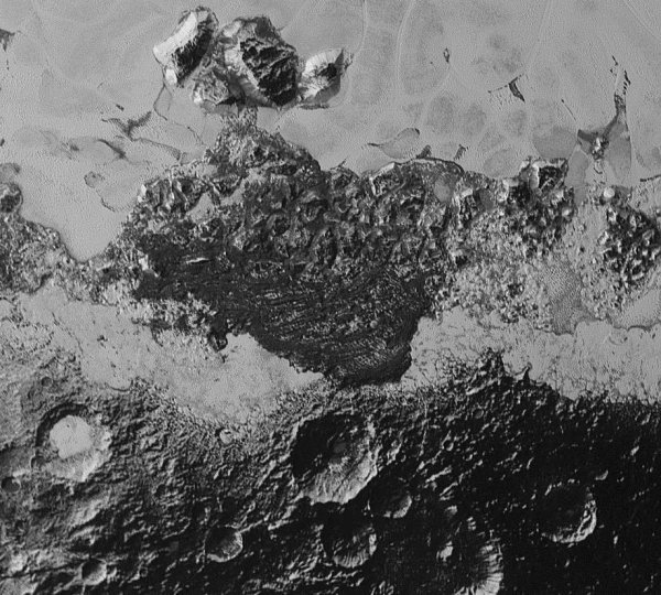NEW HORIZONS INFO DIRECT : SAMEDI 12 SEPTEMBRE 2015 18h DE NOUVELLES IMAGES DE PLUTON PRISES PAR LA SONDE NEW HORIZONS : Ce deuxième «zoom» de 350 km de large montre une petite partie de Sputnik Planum en haut et surtout de sombres terrains très accidentés, plus anciens et cratérisés. Par endroits, les scientifiques constatent des «rides» sombres qui pourraient être des dunes. Le conditionnel est de rigueur, car l'atmosphère très peu dense de Pluton (10 000 fois moins que celle de la Terre) peut difficilement expliquer la formation de dunes avec du vent. (Source : NASA)