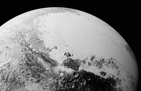 NEW HORIZONS INFO DIRECT : SAMEDI 12 SEPTEMBRE 2015 18h DE NOUVELLES IMAGES DE PLUTON PRISES PAR LA SONDE NEW HORIZONS : Cette mosaïque de clichés réunit des images présentées plus haut et prises de 50 000 à 80 000 km de distance par New Horizons. Les clichés ont ici été assemblés afin de simuler ce qu'on verrait depuis une altitude de 1800 km par rapport à l'équateur de Pluton. (Source : NASA)