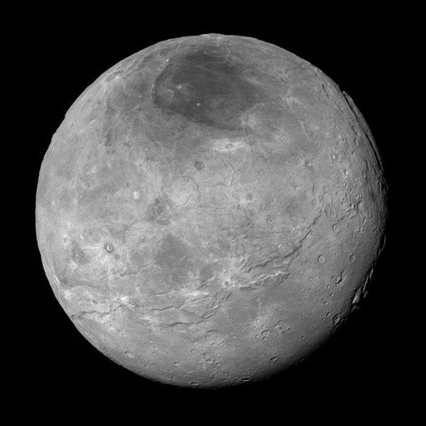 NEW HORIZONS INFO DIRECT : SAMEDI 12 SEPTEMBRE 2015 18h DE NOUVELLES IMAGES DE PLUTON PRISES PAR LA SONDE NEW HORIZONS : Voici CHARON, la lune principale (1170 km de diamètre) de Pluton, montre ici plus de détails que dans une précédente image qui avait été transmise avec une compression des données plus forte. Là aussi une géologie complexe est à l'½uvre et des terrains semblent avoir été récemment (en termes de temps géologiques) modifiés. (Source : NASA)