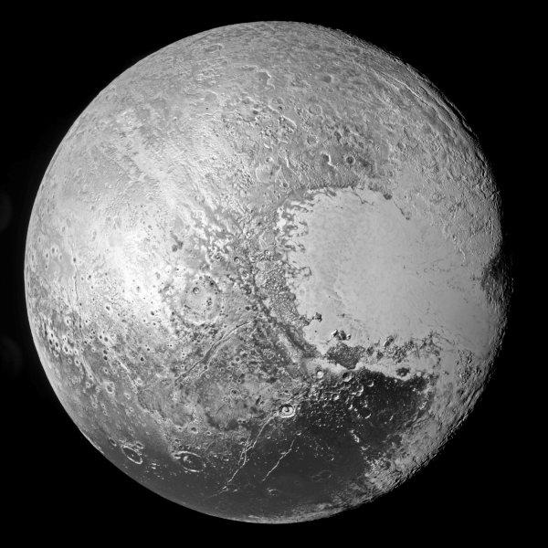NEW HORIZONS INFO DIRECT : VENDREDI 18 SEPTEMBRE 2015 11h30 LES IMAGES DU SURVOL DE PLUTON : En croisant la mystérieuse Pluton, la sonde américaine a révélé un monde extraordinairement complexe. L'absence de cratères d'impacts dans de nombreuses régions de la petite planète témoigne d'une intense activité, essentiellement glaciaire.Elles révèlent un paysage résolument polaire, montagnes de glace hautes de 3500 mètres, glaciers érodant les paysages et effaçant les anciens cratères d'impacts, brouillard glacial flottant entre les vallées plongées dans un crépuscule éternel... New Horizons se trouve aujourd'hui à 4.95 milliards de kilomètres de la Terre, et file vers sa prochaine cible, l'astéroïde glacé 2014 MU69, que la sonde américaine croisera en janvier 2019. (Source NASA)