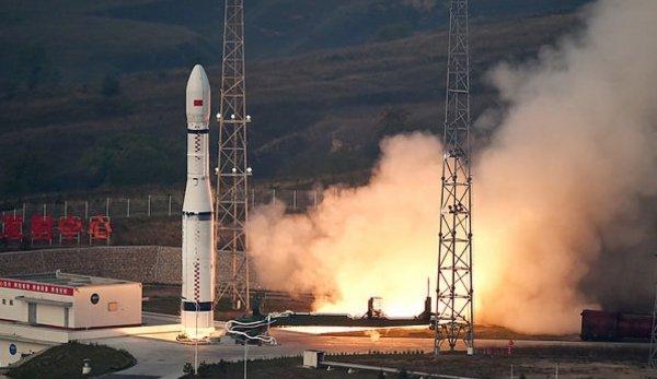 ESPACE INFO: LA CHINE INAUGURE AVEC SUCCÈS SON NOUVEAU LANCEUR CZ-6 ! Le 20 septembre, le petit lanceur chinois CZ-6 a décollé de la base de Taiyuan et placé avec succès 20 micro-satellites sur orbite. Il s'agissait du vol inaugural de du CZ-6, également conçu pour être mis en ½uvre rapidement. Puissance spatiale tout d'abord émergente et désormais à part entière, la Chine n'entend pas se reposer sur ses lauriers. Depuis plusieurs années, une nouvelle génération de lanceurs est en développement et le CZ-6 (pour Chang Zhen 6 ou LM-6 pour Longue Marche 6) montre cette ambition. Il s'agit là d'un petit lanceur d'une centaine de tonnes au décollage (ergols compris) capable de placer environ une tonne sur orbite basse autour de la Terre et il comprend 3 étages. Après quelques retards dans le programme (au départ l'année 2013 était envisagée), le CZ-6 a réussi son vol inaugural le 20 septembre 2015 à 07h01 du matin, heure locale du Taiyuan Satellite Launch Center (province de Shanxi). Surtout, ce petit lanceur en cache un autre bien plus gros ! Il s'agit du CZ-5, ou plus exactement de sa famille, car la modularité est à l'ordre du jour. (Source CE)